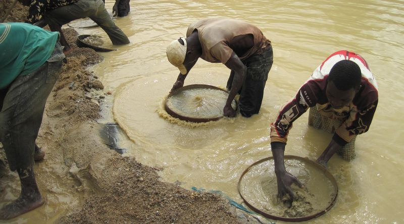 シエラレオネのダイヤモンド鉱山で働く労働者達